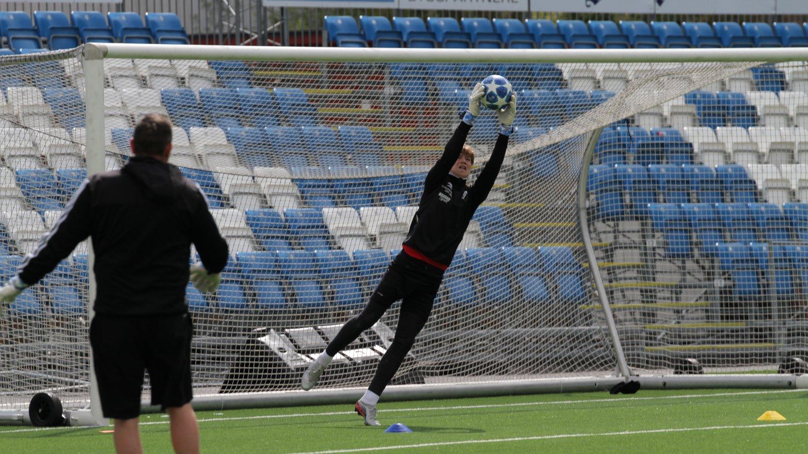 Mathias Skjævestad fra Grane fikk prøve seg på A-lagets trening 13. mai. Han får ros av keepertrener Bjørge Fedje.