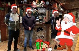 Kristijan Jurisic fra ØIF Arendal, Simon Lang og Per Carsten Michelsen fra ØIF Arendal/Arendal Fotball inviterer til julefeiring på Egon for barnefamilier som ikke har noen å feire jula sammen med.