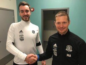 Mattias Andersson ønsker Grzegorz Flasza velkommen til Arendal Fotball.