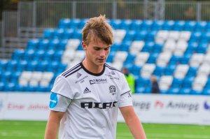 Steinar Pedersen flankert av Conrad Wallem og Fabian Ness går skuffet av banen etter 1-2 mot Hødd på Norac stadion.