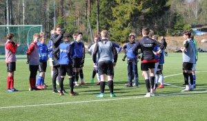 Spillerutvikler Reinhard Nærbø instruerer noen av deltakerne fra 2005-kullet under en av uttaksamlingene i spillerutviklingsprosjektet som Arendal Fotball regisserer.