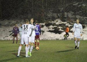 Anders Bjørge gratuleres av Markus Håbestad etter å ha avgjort mot Fram i treningskamp 3/3.