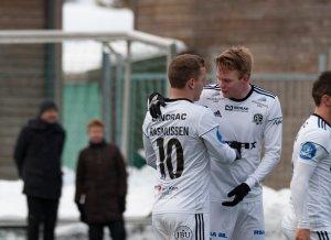Jakob Rasmussen gratulerer Fabian Ness.