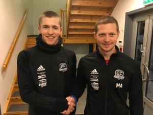 Mattias Andersson ønsker Philip Aukland velkommen til Arendal Fotball.