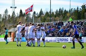 Arendal-spillerne jubler etter scoring av Petar Rnkovic mot Florø!