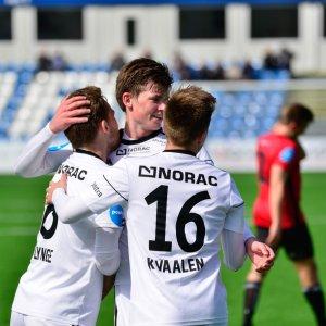 Preben Skeie og Kim Kvaalen gratulerer Rasmus Lynge Christensen etter scoring mot Stjørdals-Blink.