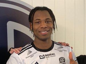 Steinar Pedersen og Roger Risholt ønsker Vital Curtis Kaba (24) velkommen til Arendal Fotball.