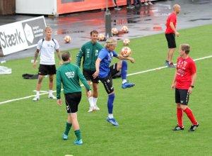 Noen av spillerne på Sommerlaget varmer opp foran treningen.