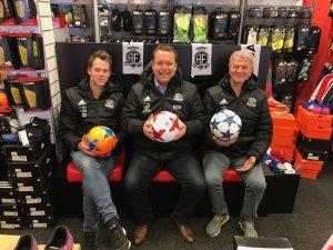 Christopher Brekke og Terje Rasmussen i Brekke Sport er glade for å ha forlenget samarbeidet med Arendal Fotball og daglig leder Bård Sterk-Hansen.