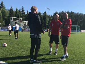 Knut Tørum (til høyre) diskuterer kampplanen mot Fredrikstad med Arve Seland (med ryggen mot kamera) og Frank Bredal.