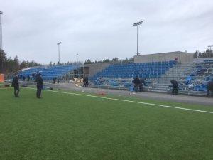 En stor dugnadsgjeng fra Grane Fotball var i aksjon gjennom hele helgen for å få montert de nye tribunene i Arendal Idrettspark på Myra.