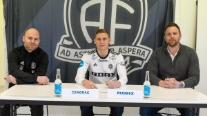 Andreas Hellum har signert for Arendal Fotball. Her sammen med Roger Risholt og Bjørge Fedje.