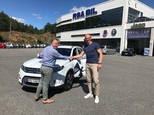 Péter Wiik-Kovács gratuleres av Øyvind Torjesen hos RSA Bil med overtakelsen av hans nye Suzuki Vitara.