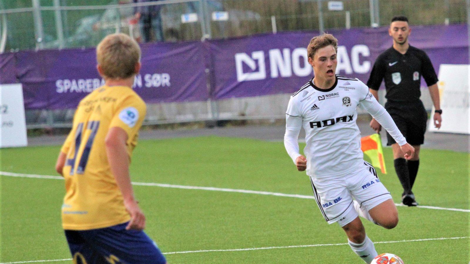 Magnus N. Madsen i aksjon for Arendal 2 i 4. divisjon mot Jerv 2.