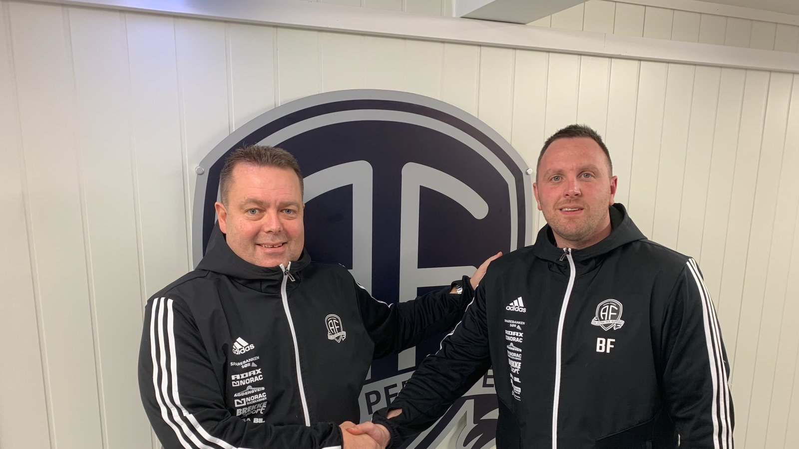 Daglig leder Bård Sterk-Hansen ønsker Bjørge Fedje velkommen som keepertrener i Arendal Fotball.