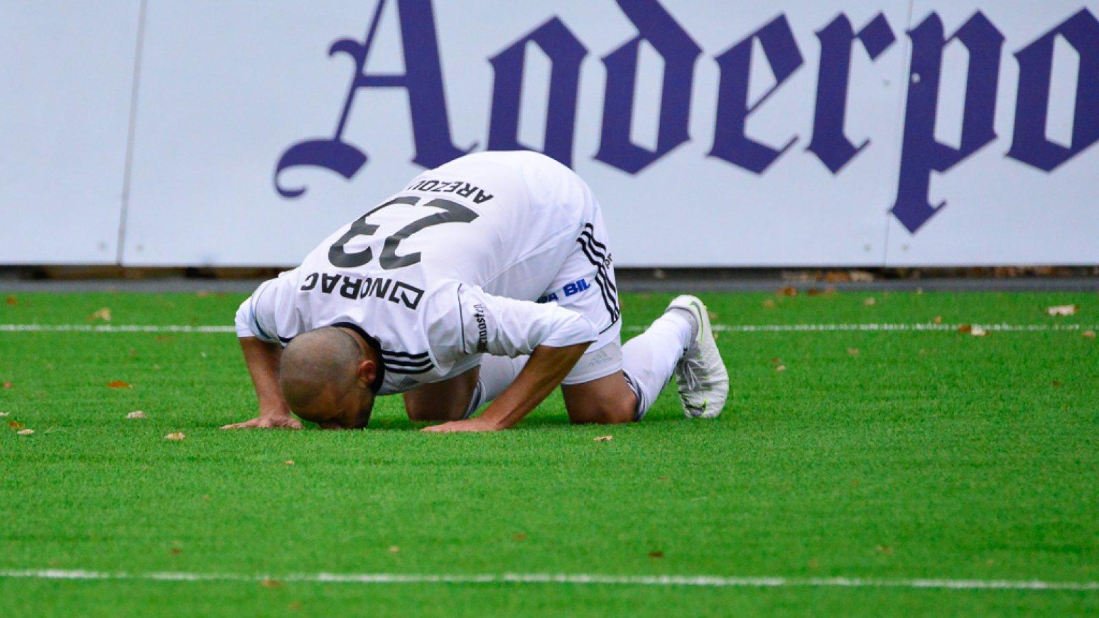 Balal Arezou kysser kunstgresset etter å ha scoret i sin debut for Arendal Fotball.