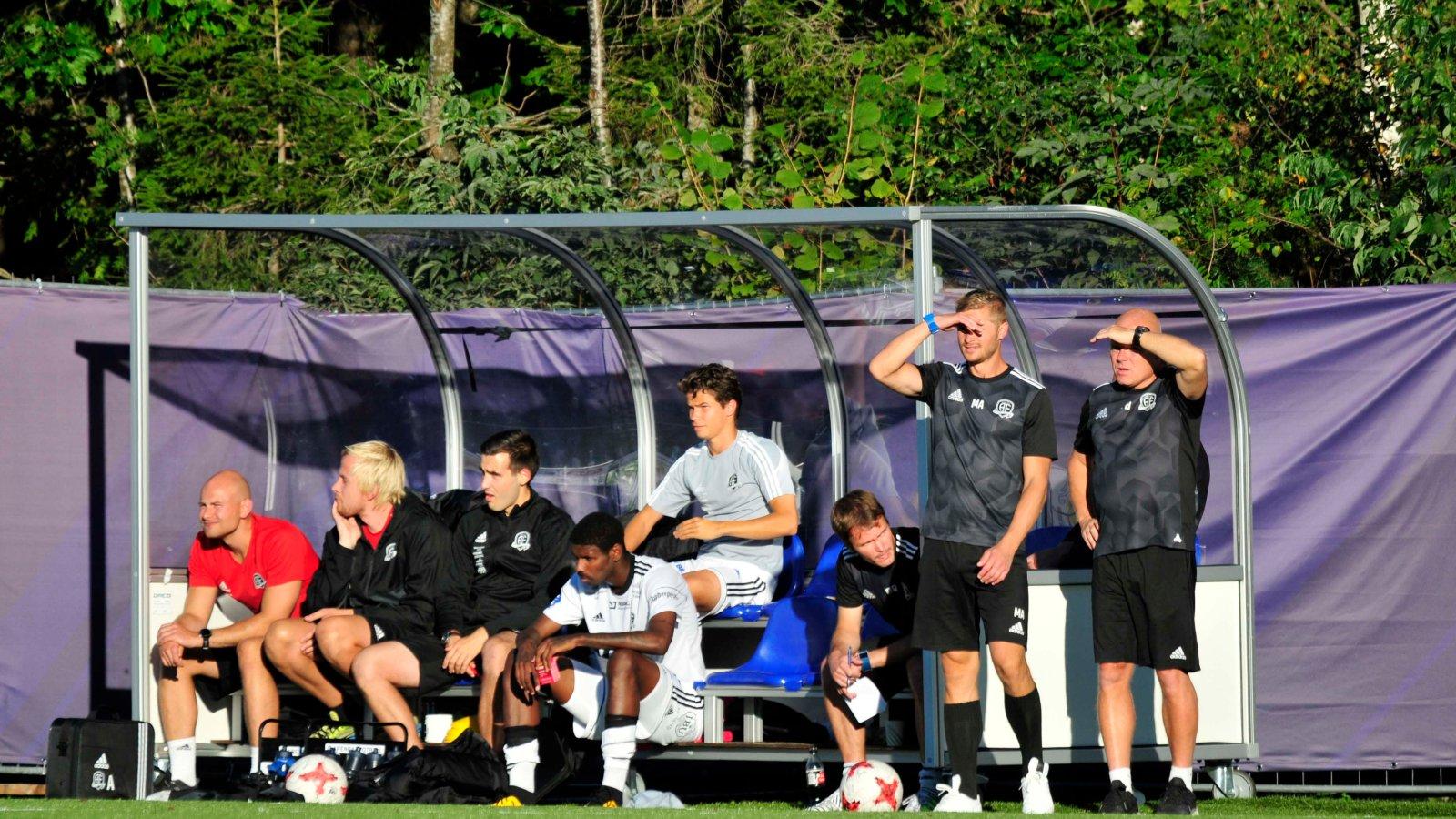 Mattias Andersson, Frank Bredal og resten av støtteapparatet på benken.