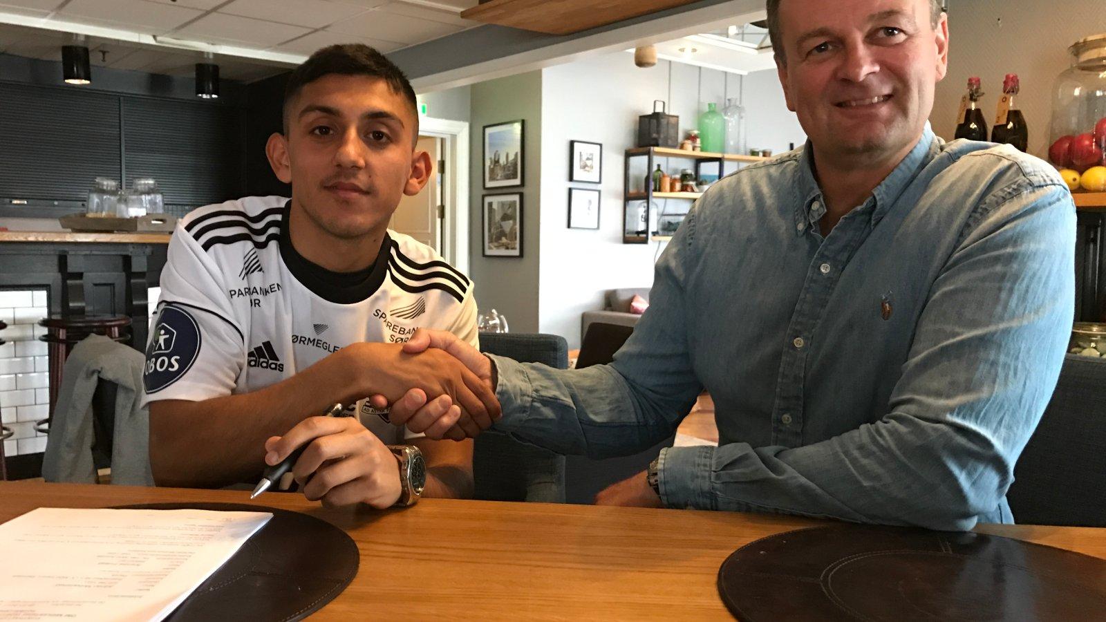 Geir Fone ønsker Adnan Mohammad velkommen til Arendal Fotball.