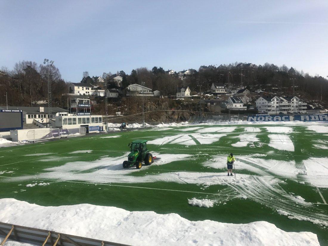 Snørydding på Norac stadion.