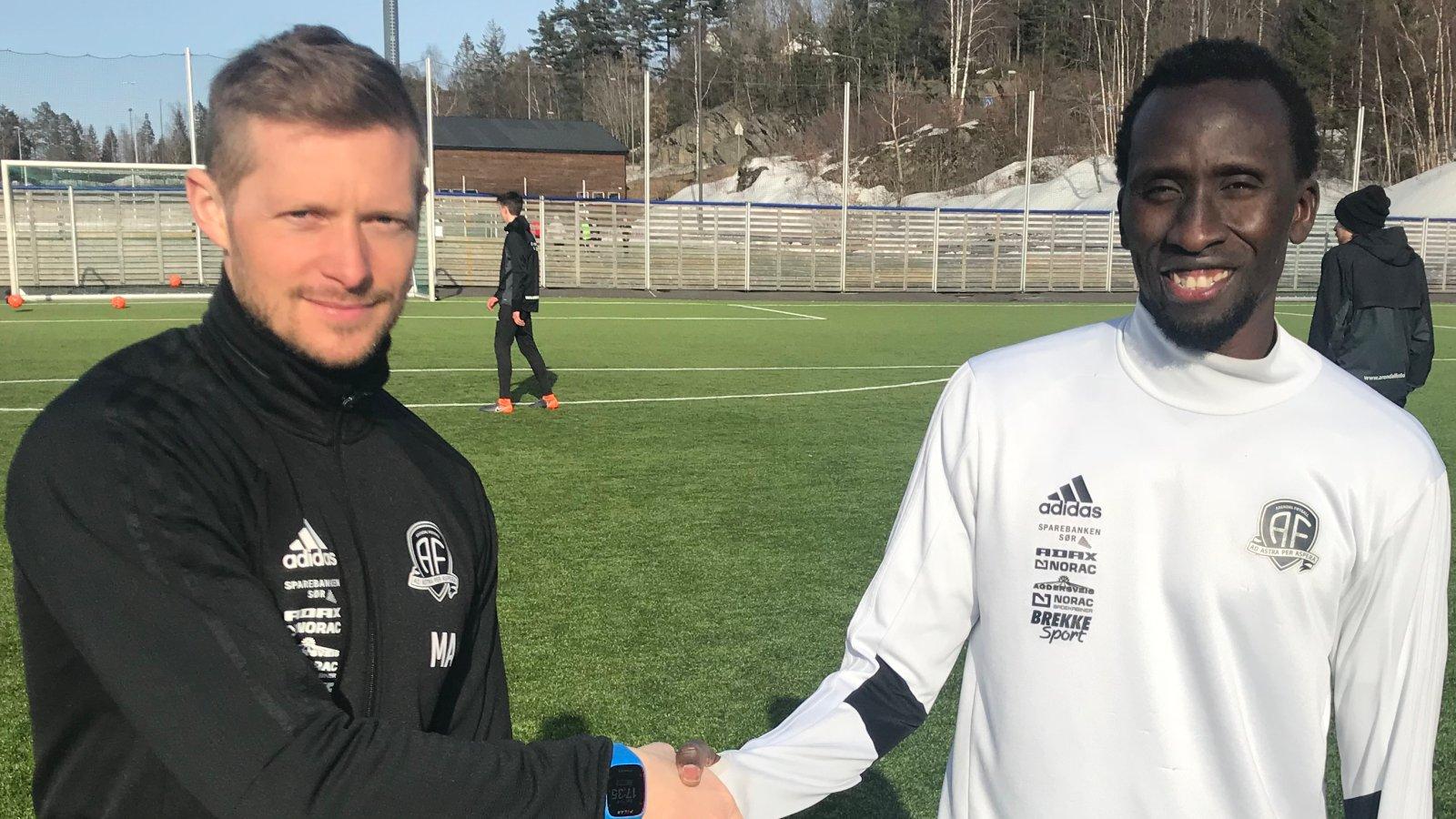Pape Paté Diouf ønskes hjertelig velkommen til Arendal av trener Mattias Andersson.