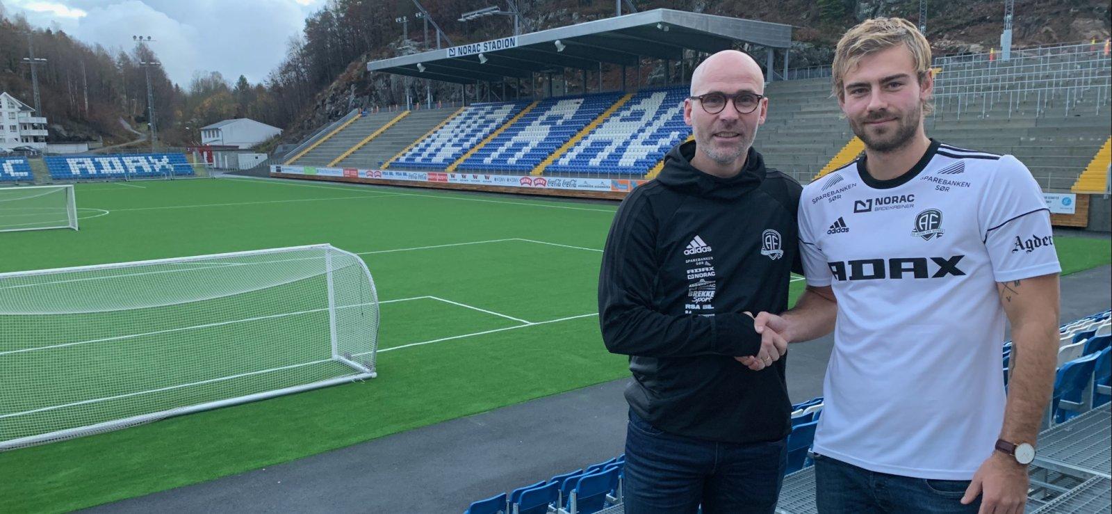 Steinar Pedersen ønsker Mads Nørby Madsen velkommen til Norac stadion.