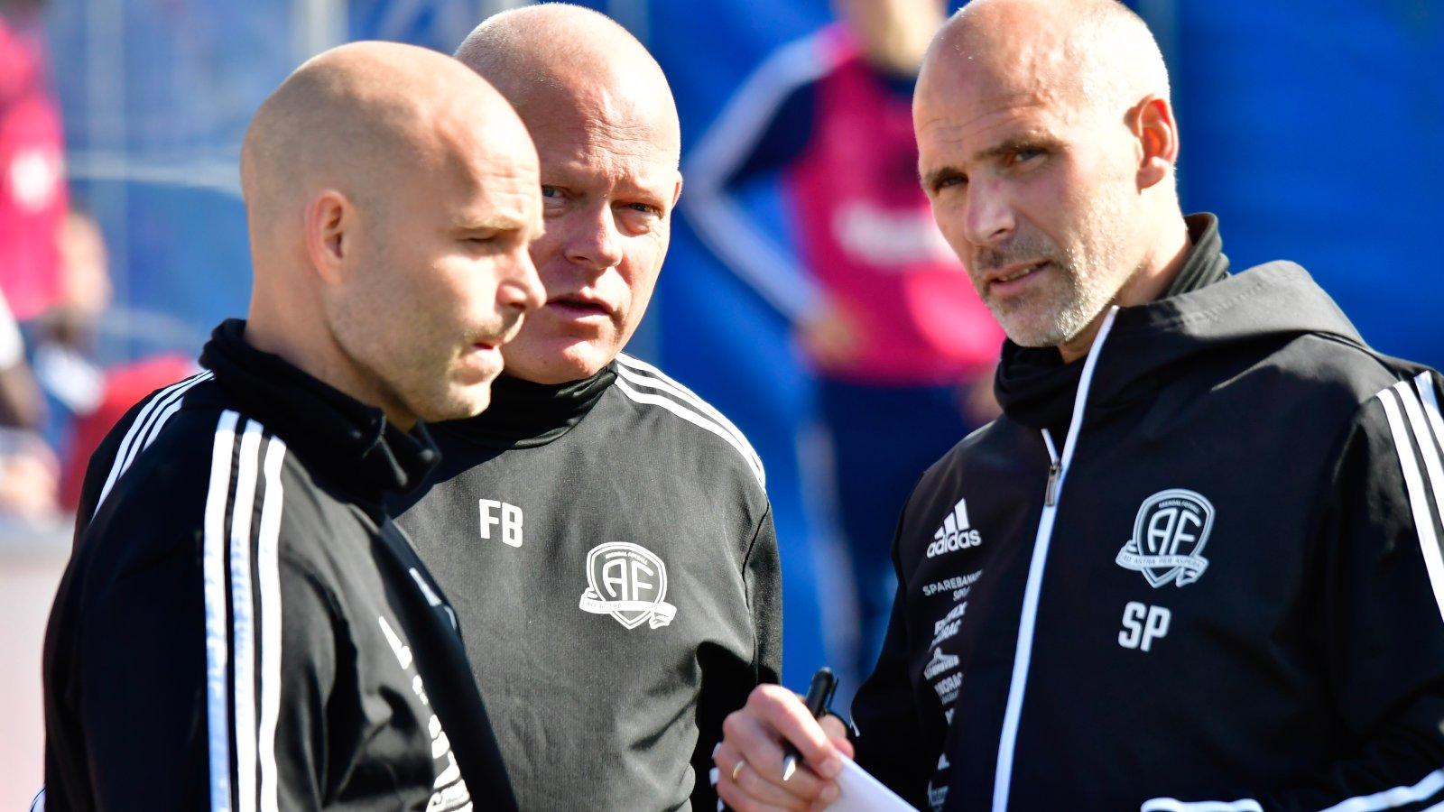Roger Risholt, Frank Bredal og Steinar Pedersen var enige om taktiske justeringer og slagplanen for å slå Moss. De fikk alle svarene de kunne ønske seg fra spillerne.