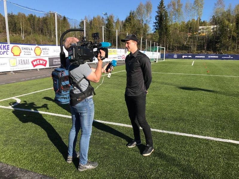 Det er stor medieinteresse foran kampen Arendal-Jerv. Rundt 20 journalister har meldt at de stiller på kampen - i tillegg til et TV-team på 14 fra Eurosport som sender oppgjøret direkte. Her er det kaptein Sune Kiilerich som blir intervjuet av NRK.