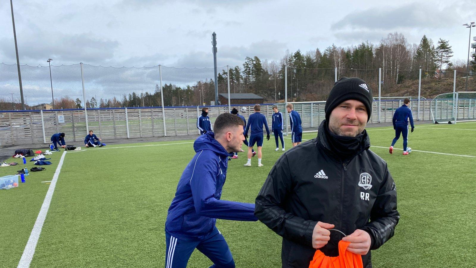 Roger Risholt er fornøyd med å ha spillerne tilbake på treningsfeltet.