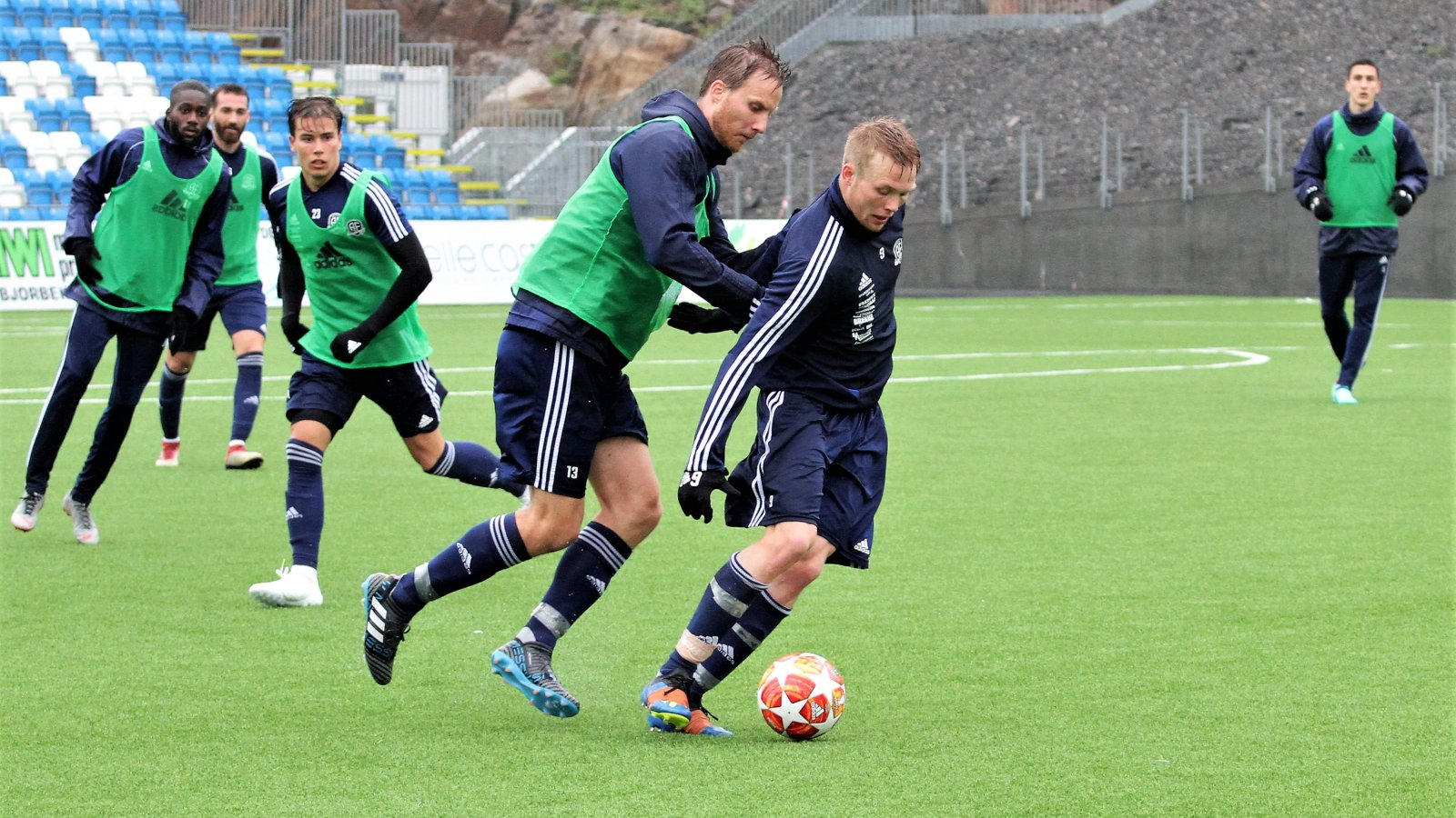 Fabian Stensrud Ness i duell med Sune Kiilreich på trening.