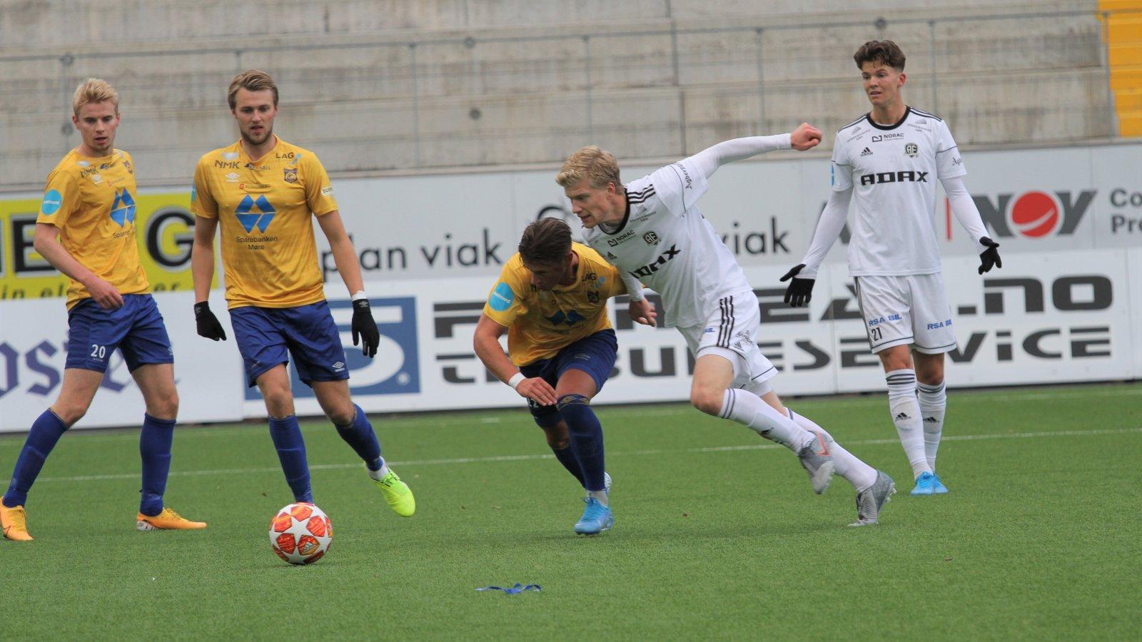 Tobias Arndal og Stian Michalsen (bak) i aksjon mot Brattvåg.
