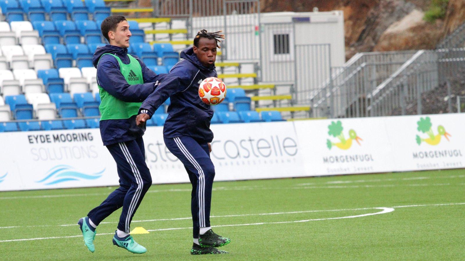 Vital Kaba i duell med Ilir Kukleci på trening.