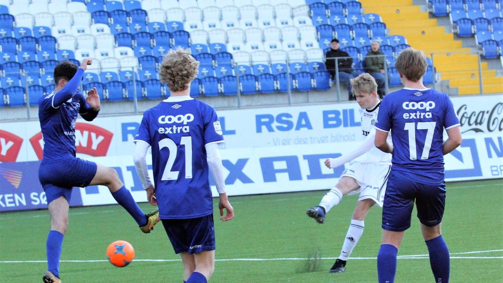 Anders Bjørge sender ballen i mål for juniorlaget mot Vindbjart.