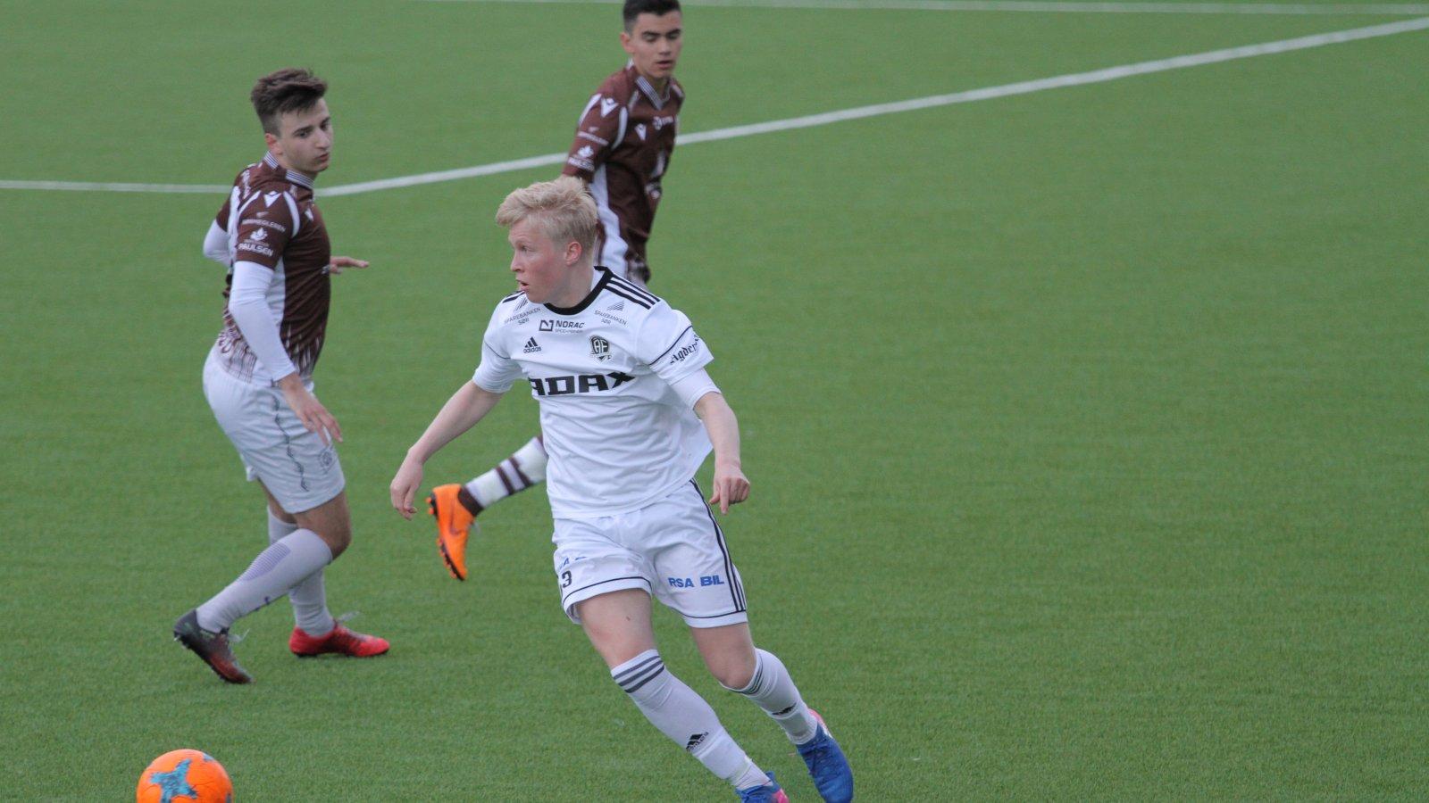 Even Larsen og Arendals juniorlag har kommet i siget i juniorserien.