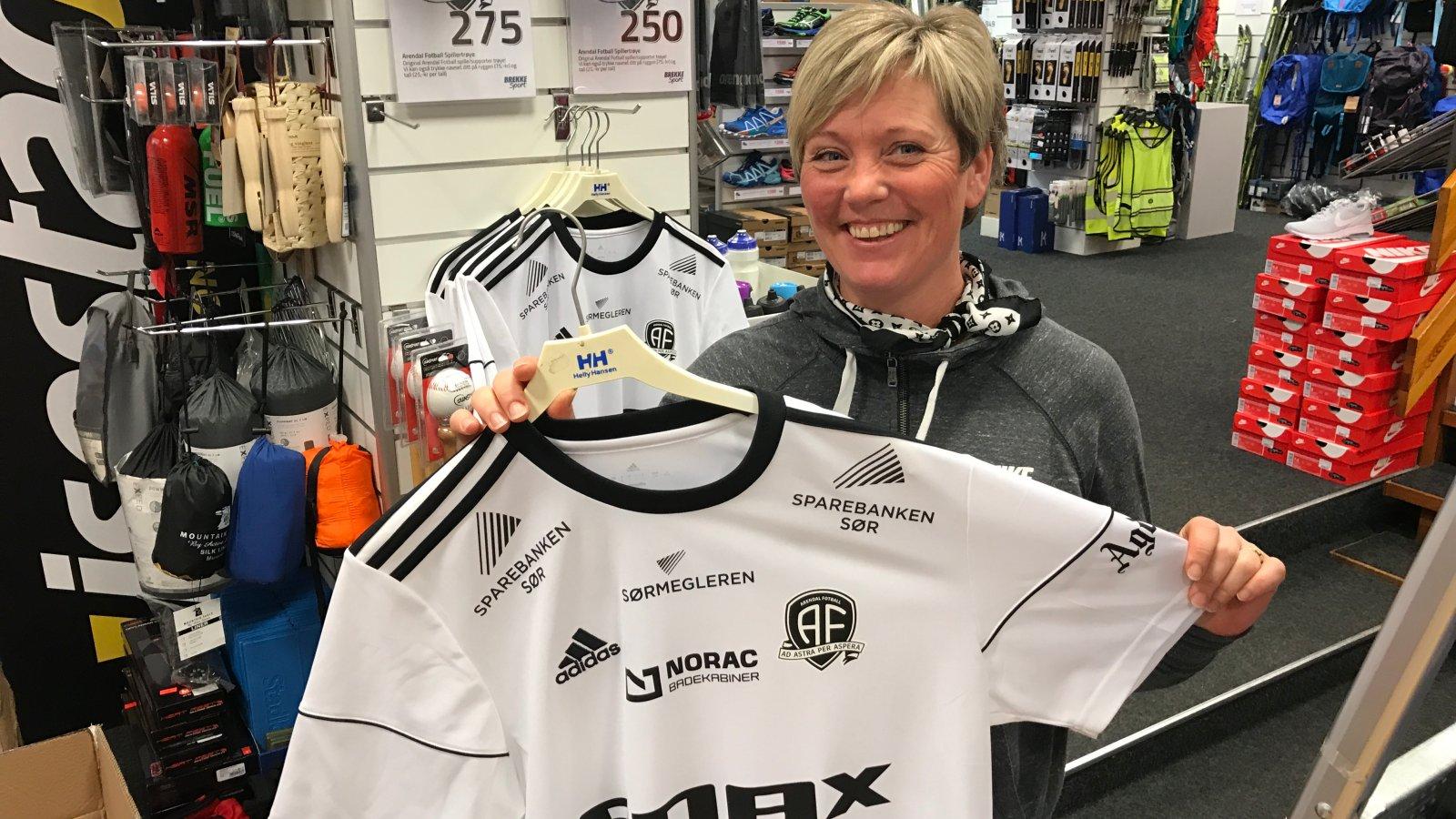 Heidi Karin Bergum gleder seg over at årets Arendal-drakt allerede er en hit i butikken!