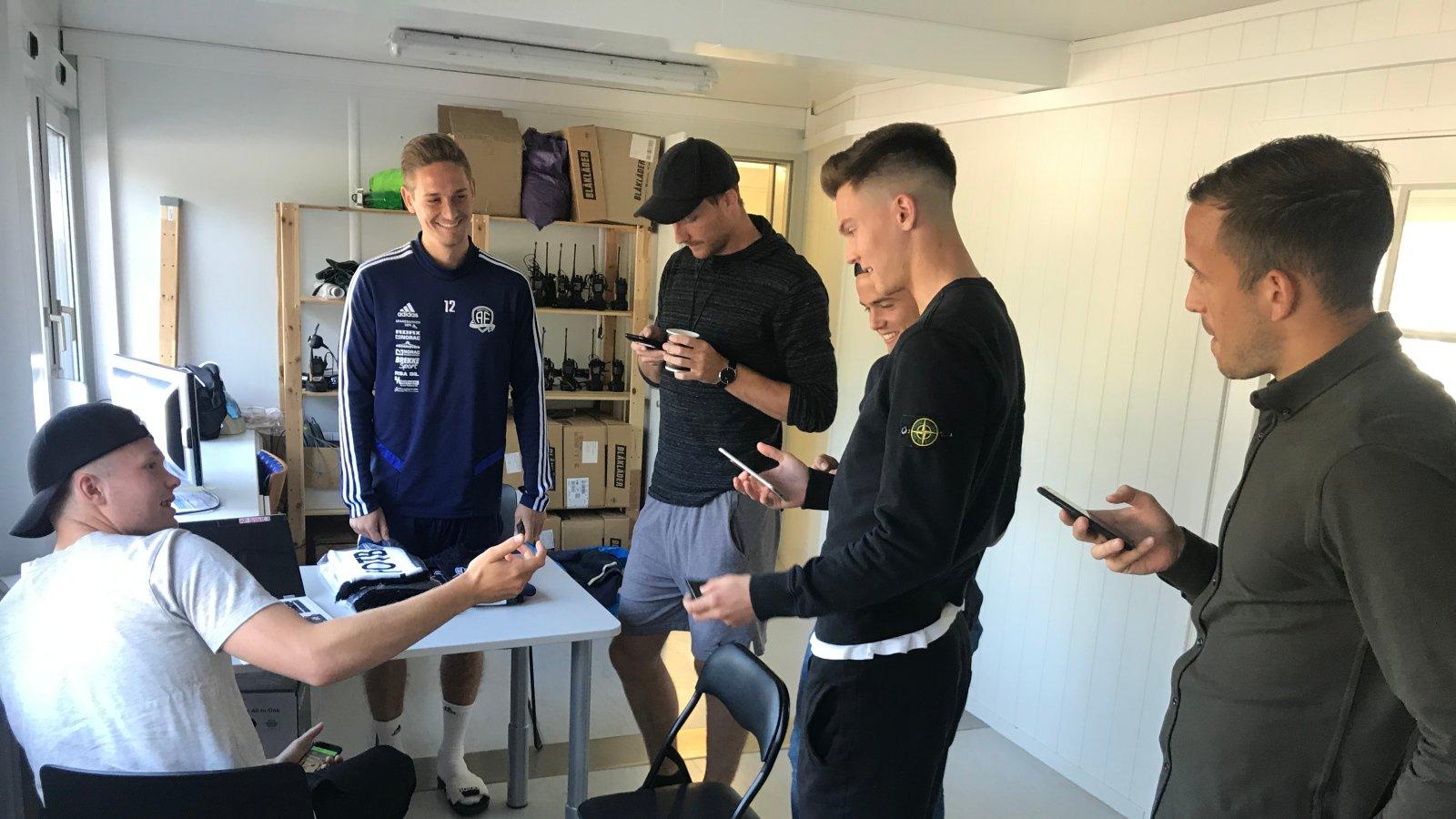 Fabian Ness er knallhard botsjef. Andreas Bruhn Christensen, Sune Kiilerich, Kim Kvaalen, Stian Michalsen og Dejan Corovic står i kø for å betale.