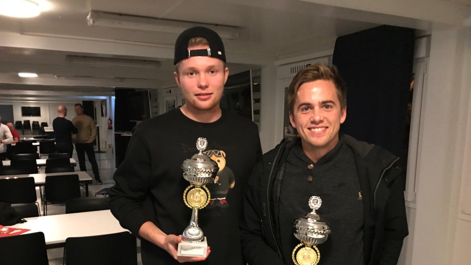 """Fabian Stensrud Ness (t.v.) og Kim Kvaalen fikk priser for henholdsvis """"Årets toppscorer"""" og """"Årets spiller"""" i 2018 i Arendal Fotball."""