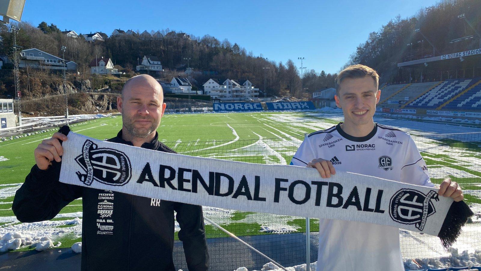 Roger Risholt er glad for å kunne ønske Stefan Mladenovic velkommen til Arendal Fotball.