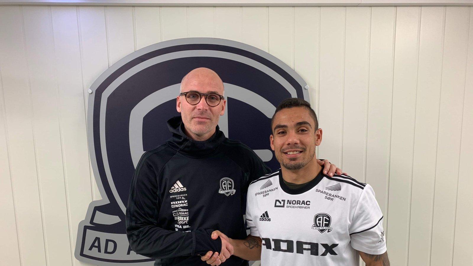 Steinar Pedersen er glad for å kunne ønske Ulrik Reinaldo Berglann velkommen til Arendal Fotball.