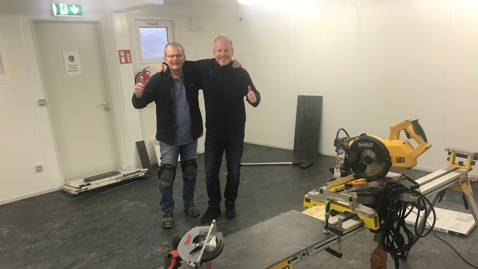 Tore Swan og Per Carsten Michelsen gjør klart for ny hjemmegarderobe på Norac stadion.