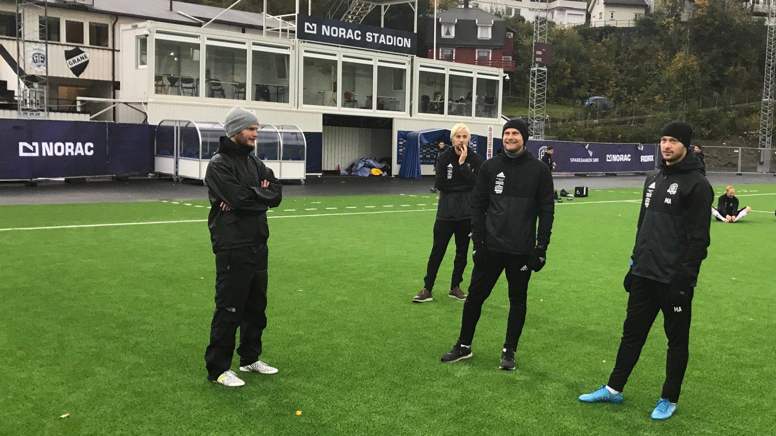 Assistenttrener Øyvind Dalseth, koordinator Thomas Seland, manuellterapeut Torbjørn Selås og trener Mattias Andersson på Norac stadion i september 2017.
