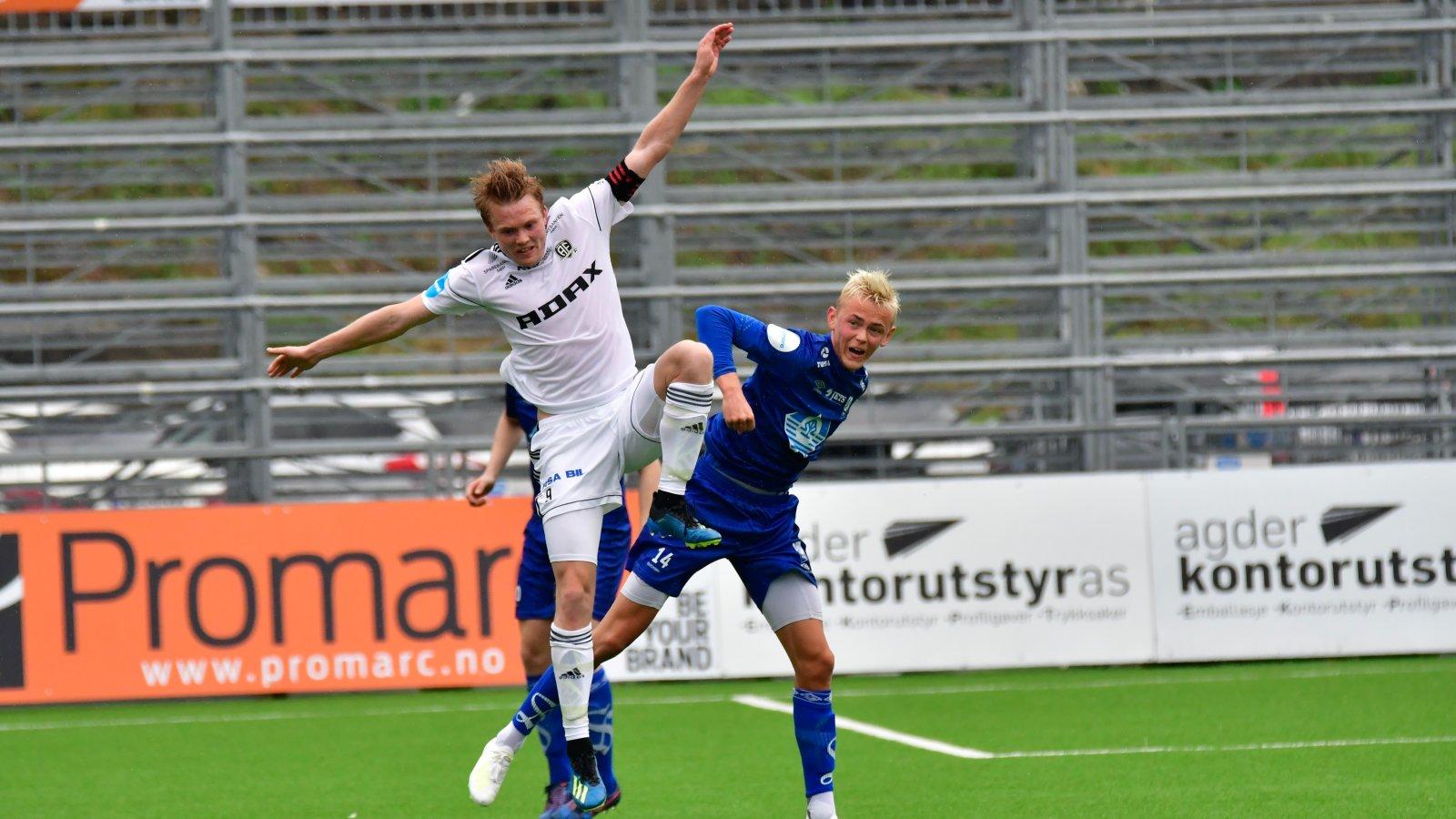 Fabian Ness i duell med Hødd-spiller.