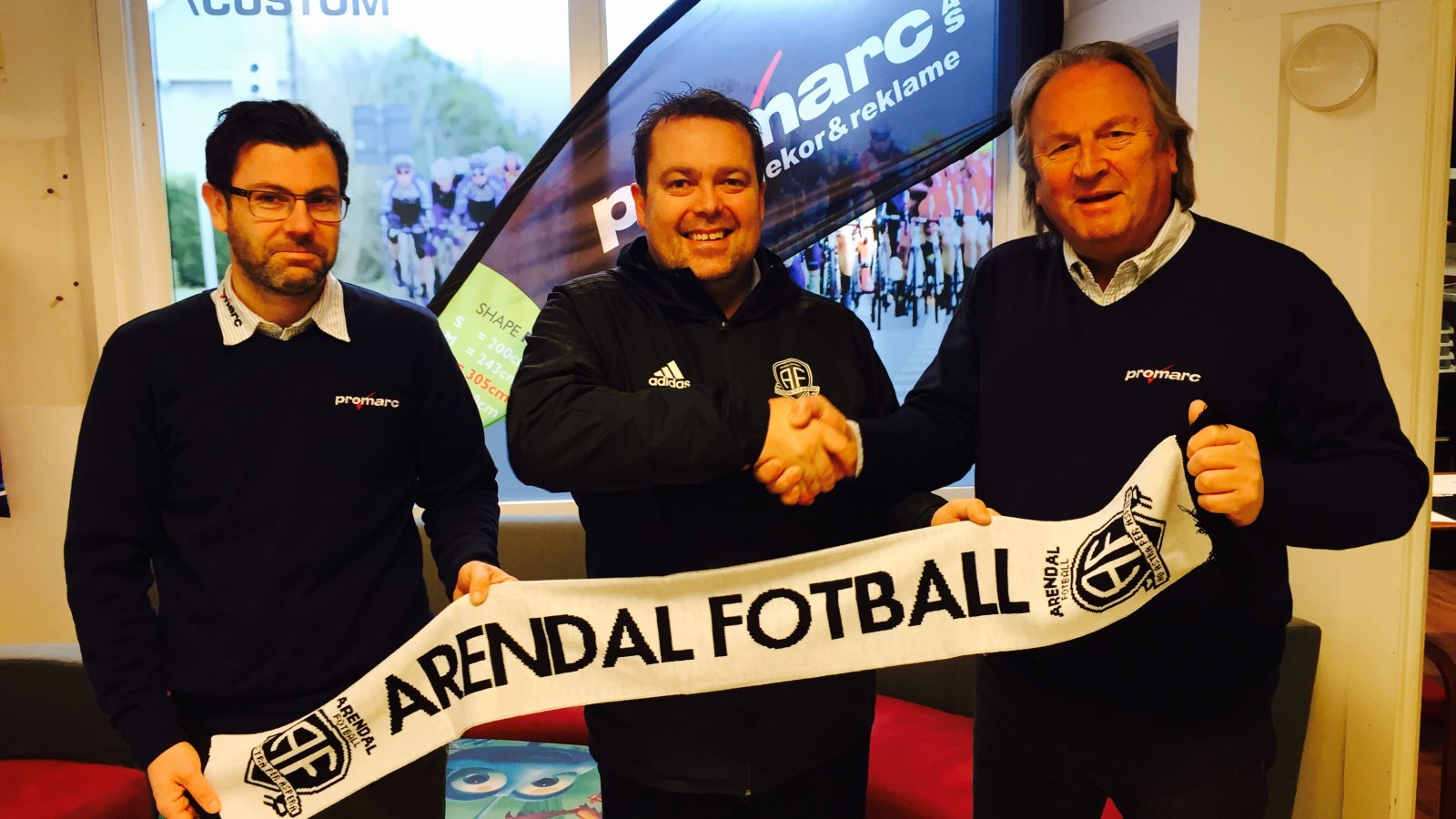 Daglig leder Mats Alfredsen (til venstre) og grunder Bjørn Hagestrand (til høyre) ser frem til en spennende sesong sammen med Arendal Fotball i Obosligaen.