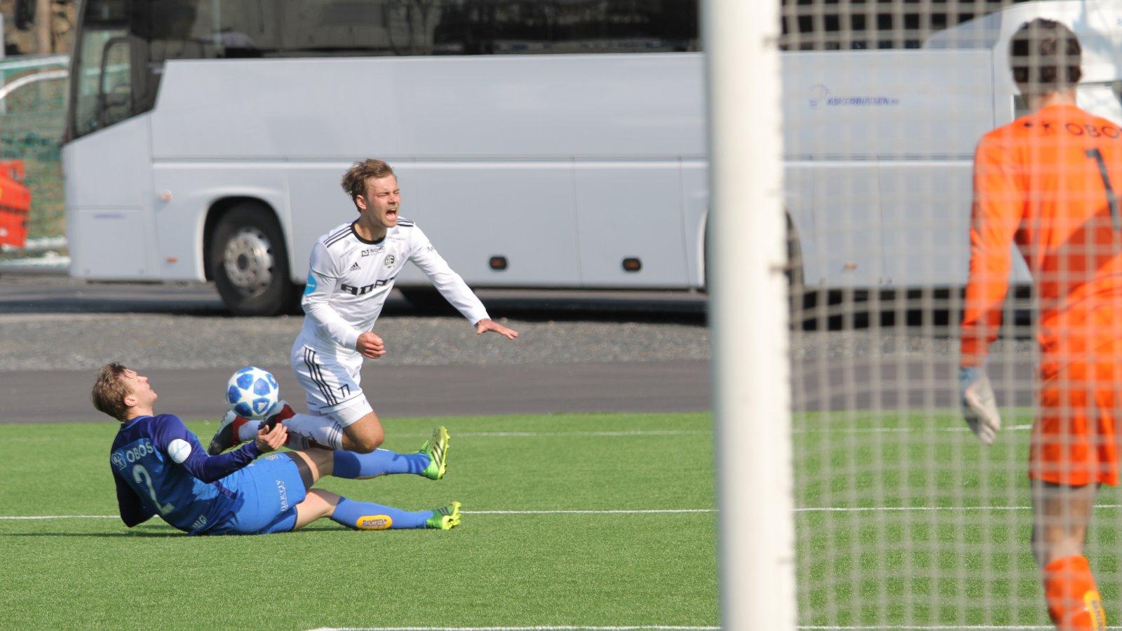 Mads Nørby Madsen felles innenfor 16-meteren og dommeren blåser korrekt straffespark til Arendal i treningskampen mot Asker.