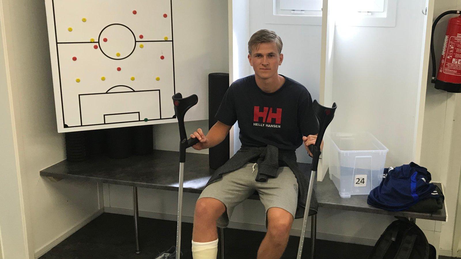 Anders Hylen Pedersen i garderoben med gips etter at akillessenen røk på trening 4. juli 2019.