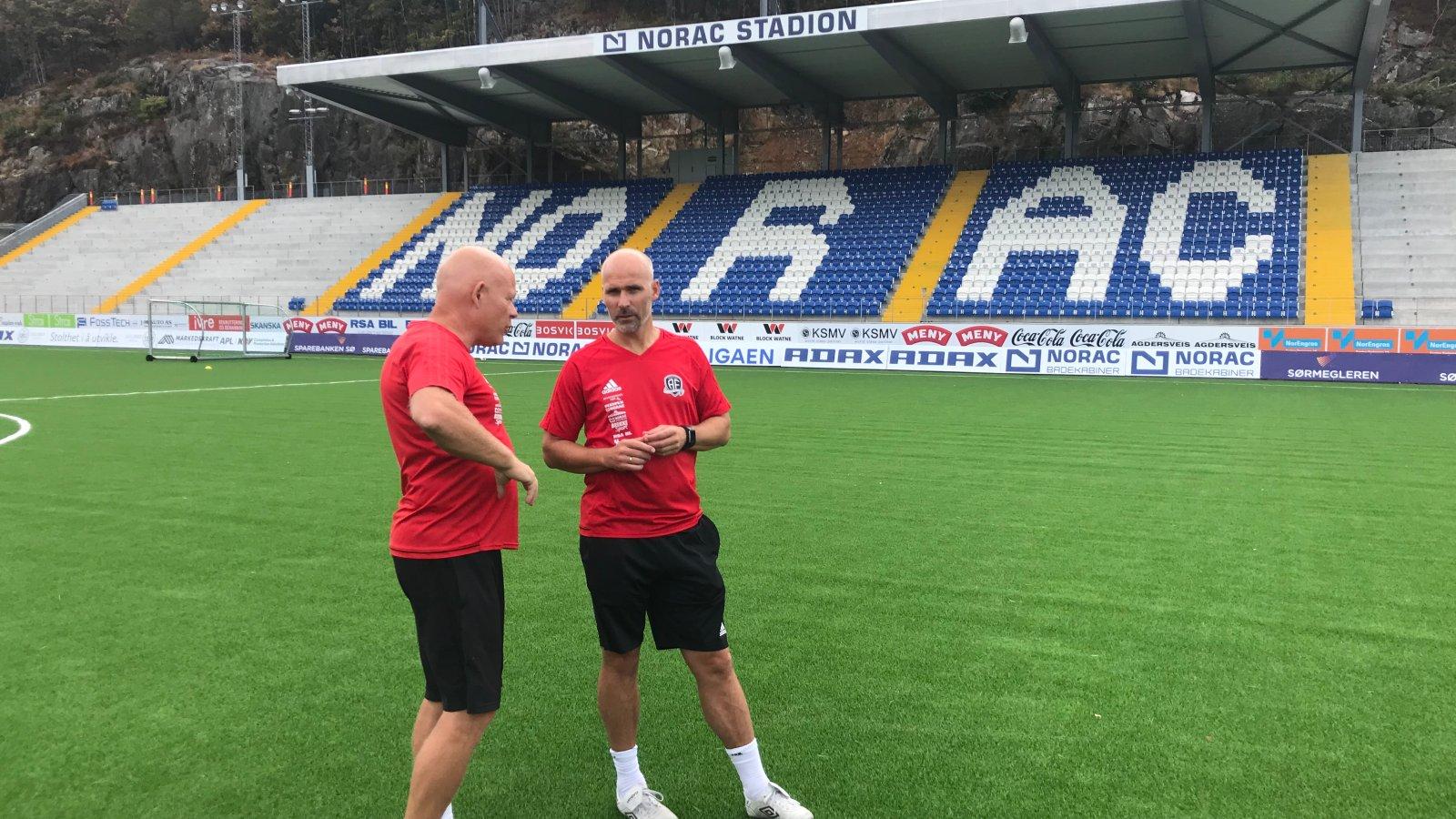 Frank Bredal og Steinar Pedersen utveksler erfaringer og synspunkter etter første treningsøkt sammen på Norac stadion.