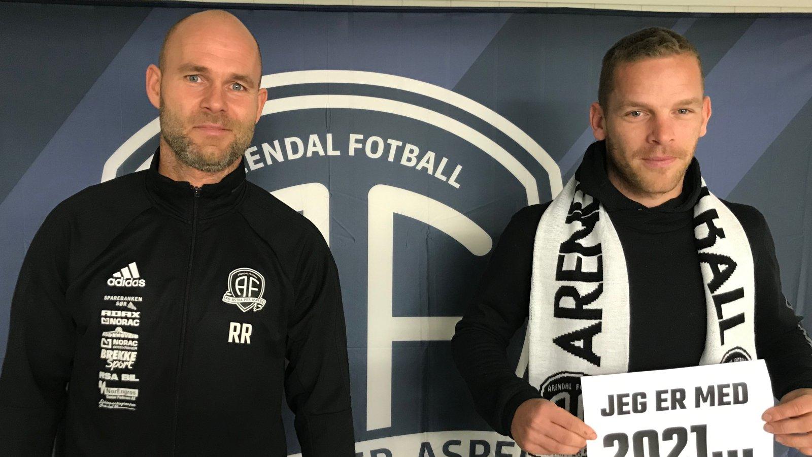 Roger Risholt er glad for at Jakob Rasmussen blir med i minst en sesong til i Arendal Fotball.