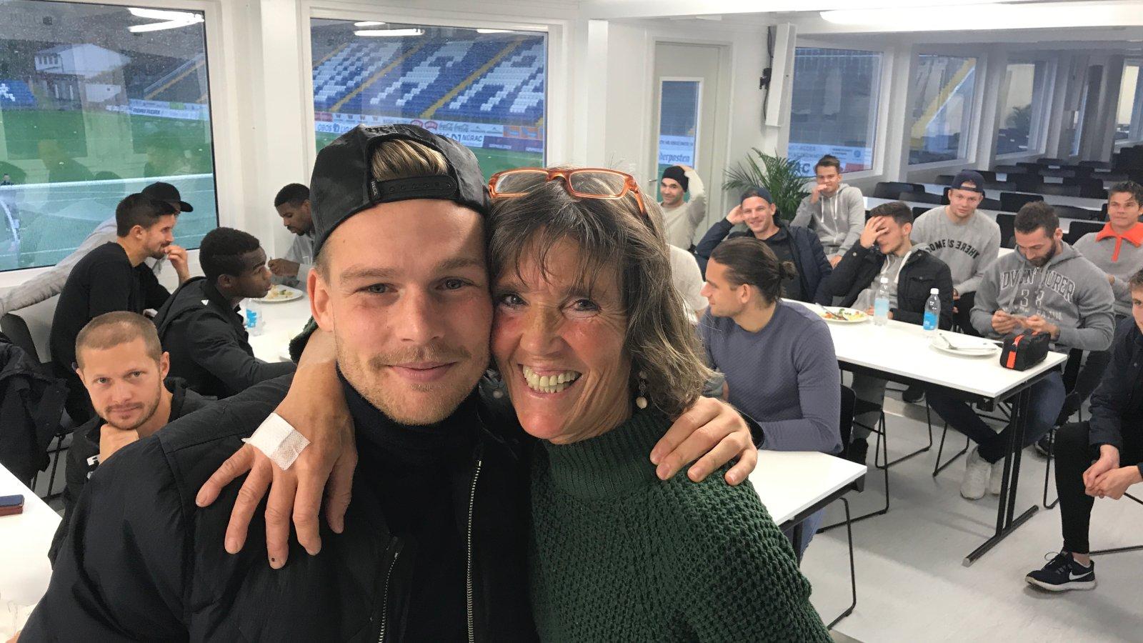 Rasmus Lynge Christensen og resten av A-stallen hyllet Ann-Kristin Johansen da hun lørdag takket for seg i Arendal Fotball.