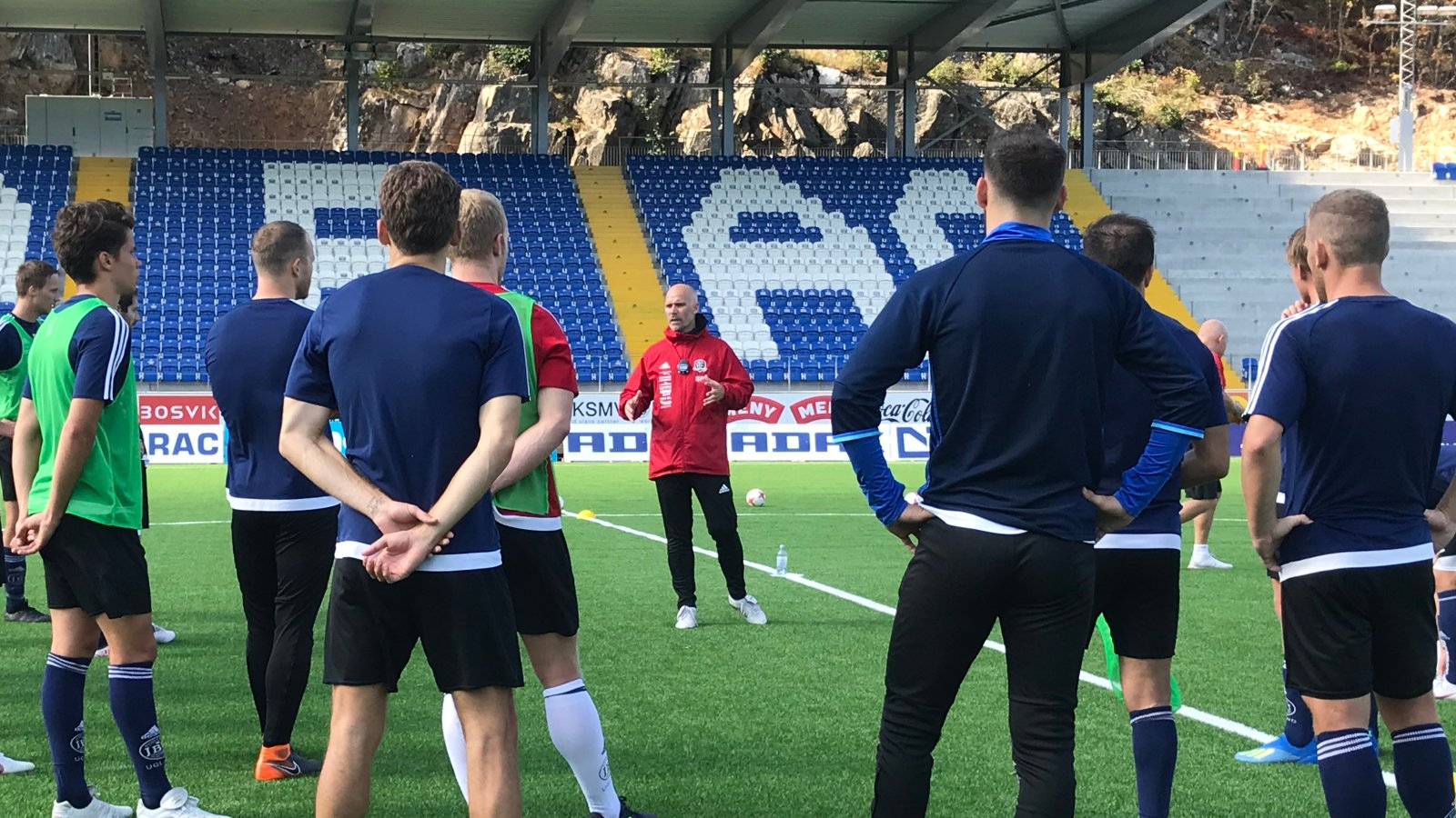 Steinar Pedersen instruerer på Norac stadion.