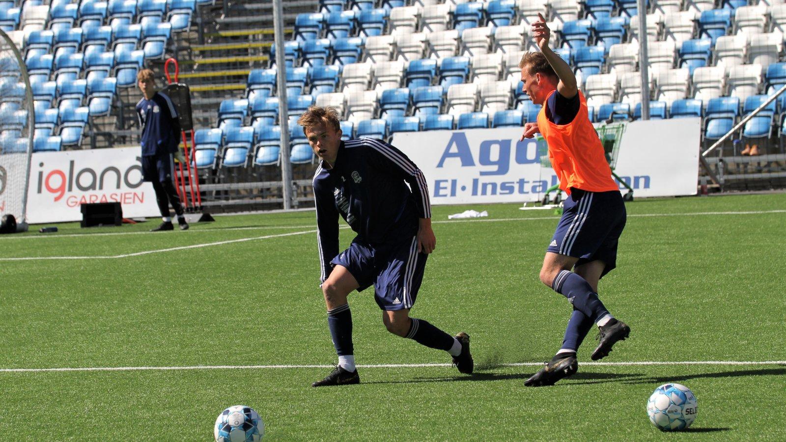 Peter Reinhardsen i duell med Kristian Eriksen på trening 2. juli 2020.