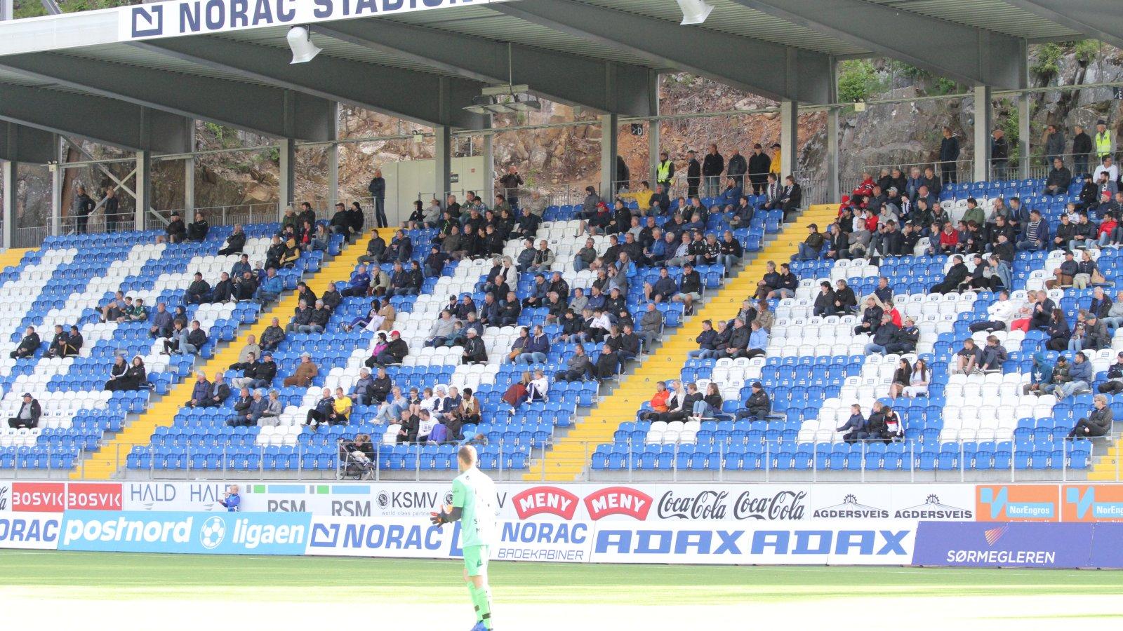 Blant tilskuerne er mange potensielle medlemmer i Arendal Fotball. Nå håper vi at flere vil melde seg inn i klubben og bli medlemmer.